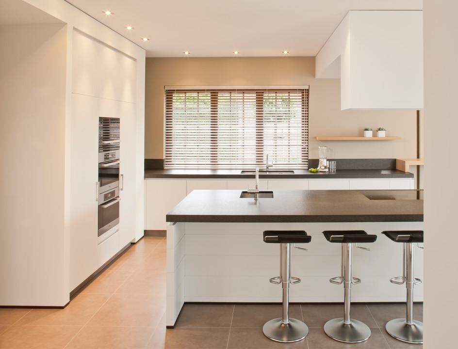 Keuken Nieuwbouwwoning : De design keuken is afgewerkt met een granieten geborsteld werkblad en