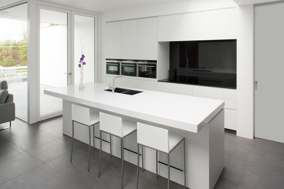 deze moderne keuken met keukeneiland werd door keukenwinkel woonproject in aalter op maat gemaakt en ontworpen